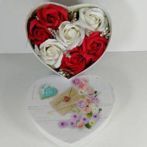 cutie cu trandafiri inimioara mare 4
