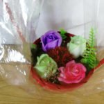 Aranjament din sapun cu trandafiri colorati si garoafa grena