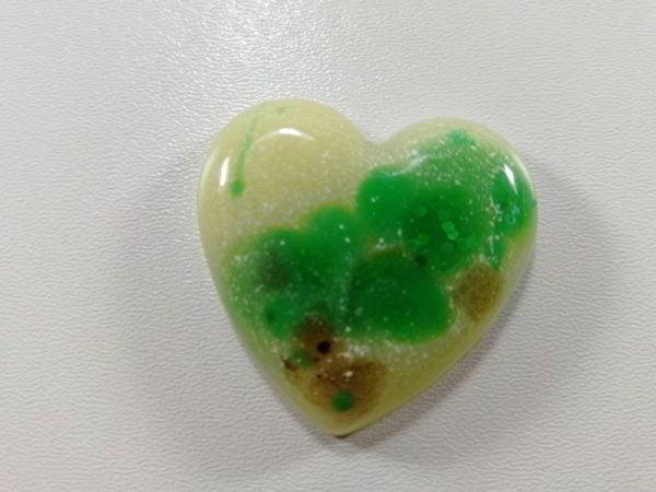 cabochon rasina inima alb verde maro